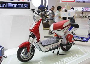 红色电动自行车