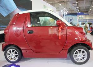 红色电动汽车