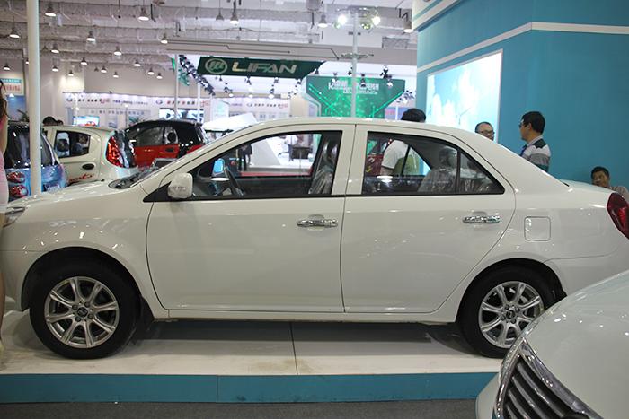 白色电动汽车