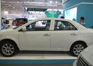白色電動汽車